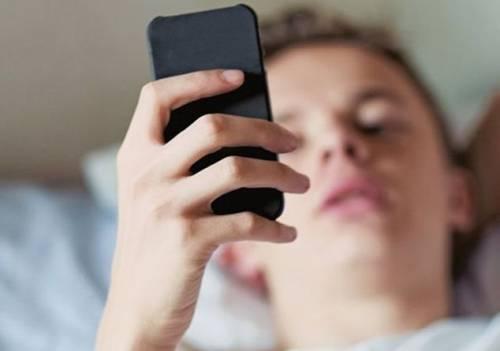 Allarme per gli adolescenti e l'uso prolungato dello smartphone
