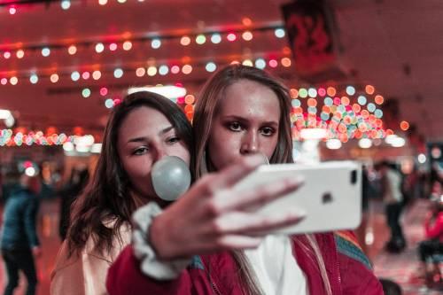 Litiga con la sorella per il cellulare e sale sul cornicione in segno di protesta