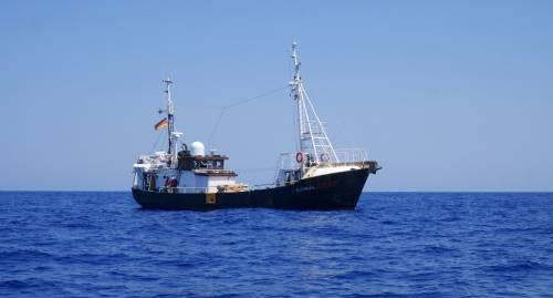 La nave della Ong tedesca Eleonore durante i soccorsi al largo della Libia 3