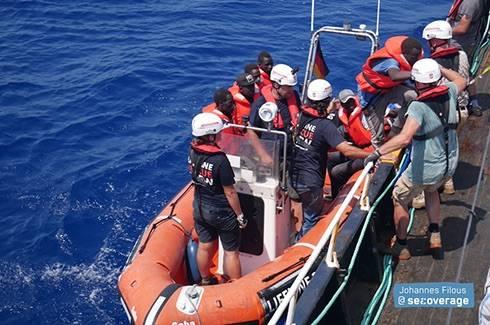 La nave della Ong tedesca Eleonore durante i soccorsi al largo della Libia 2