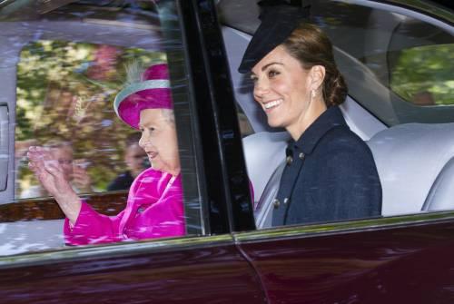 Regina Elisabetta II, stile senza tempo in foto 4