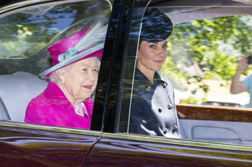 Regina Elisabetta II, stile senza tempo in foto 7