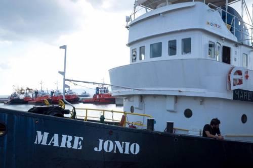Adesso sulla Mare Jonio si fa il tifo per l'inciucio Pd-5s