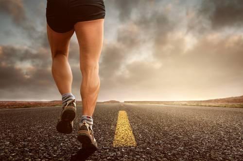 Corre senza mascherina: runner minacciato e pestato a sangue