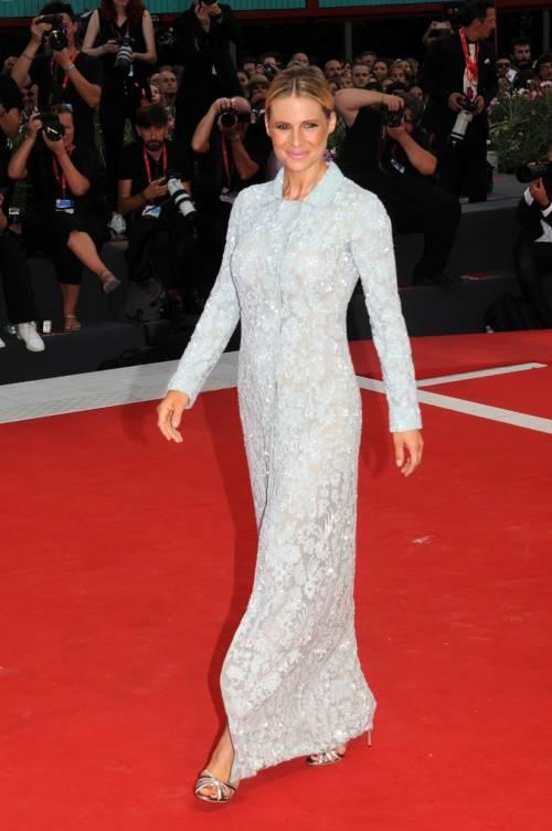 Michelle Hunziker in scarpe da tennis a Venezia, poi stupisce sul red carpet  4