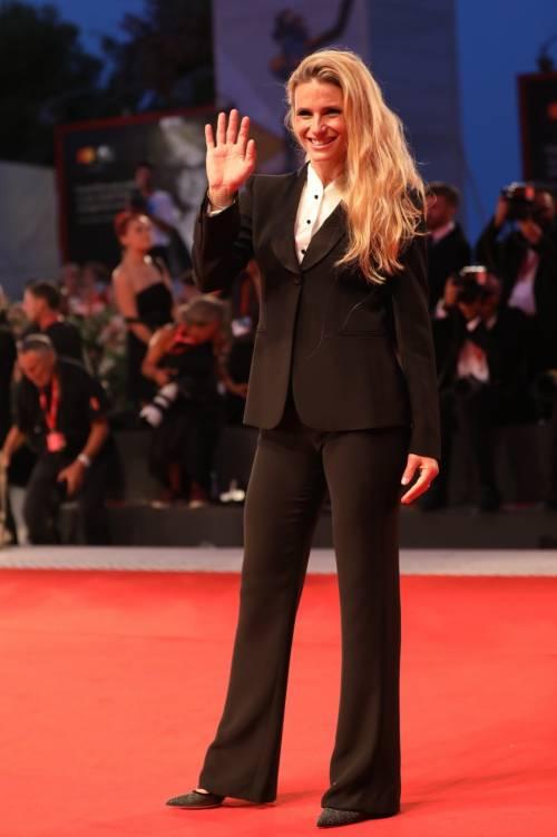 Michelle Hunziker in scarpe da tennis a Venezia, poi stupisce sul red carpet  5