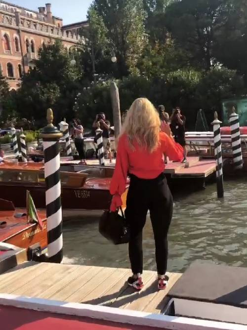 Michelle Hunziker in scarpe da tennis a Venezia, poi stupisce sul red carpet  9