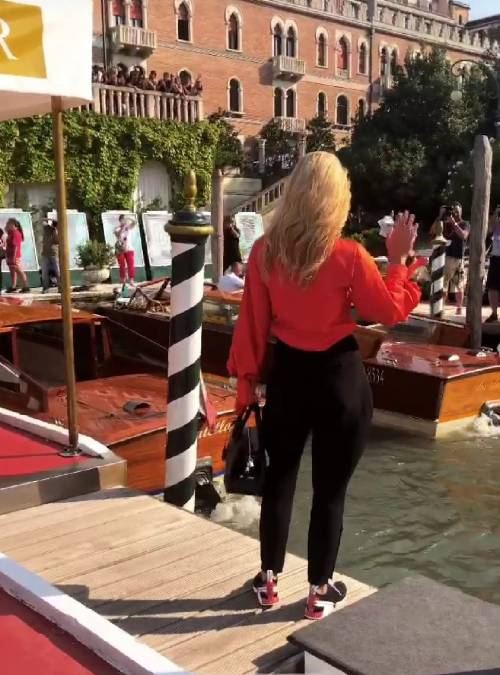 Michelle Hunziker in scarpe da tennis a Venezia, poi stupisce sul red carpet  10