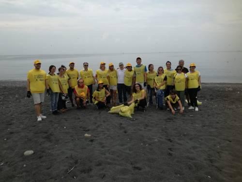 Spiaggia sporca a San Giovanni: la ripuliscono i volontari