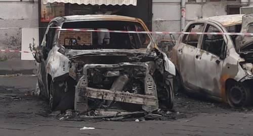 Napoli, tre carcasse di auto bruciate ferme da giorni nel centro storico