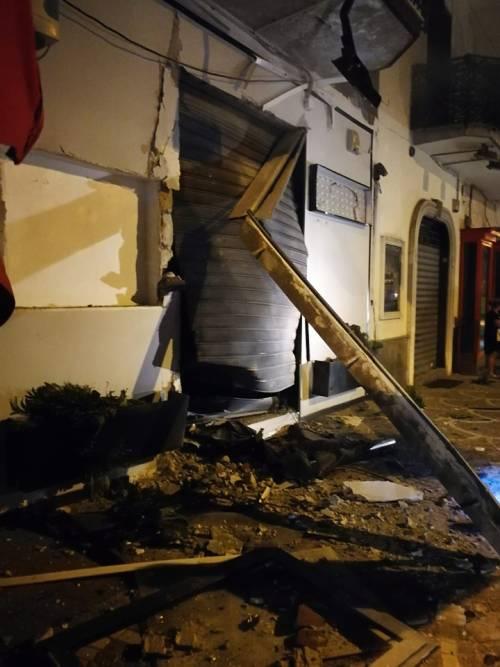 Bomba nel Napoletano: il negozio squarciato dall'esplosione 3