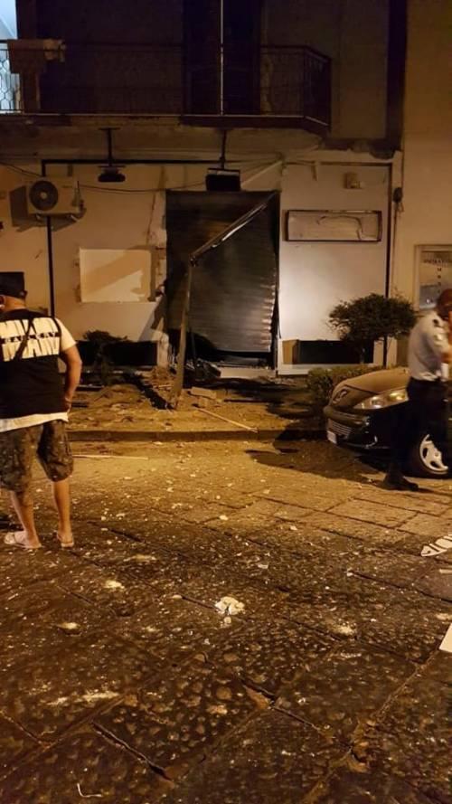 Bomba nel Napoletano: il negozio squarciato dall'esplosione 4