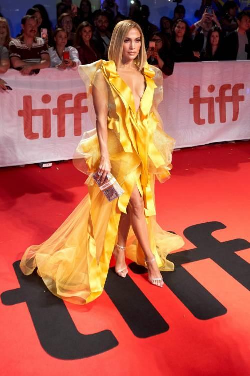 Jennifer Lopez sexy in giallo alla premiere del suo film Hustler 6