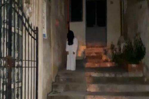 Samara torna a fare paura: insegue due giovani con un coltello