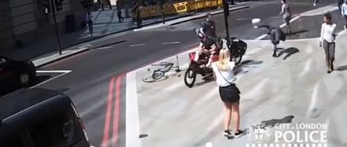 Londra, ciclista passa col rosso e prende a testate il passante che l'ha rimproverato