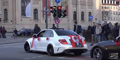 Germania, spari in aria e cortei di auto da corsa: il caos dei matrimoni turchi