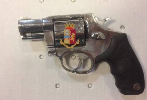 Nello scarico del bagno trovata una pistola rubata