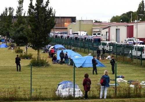 """Francia, sgomberato campo migranti: """"Troppa violenza"""" 8"""