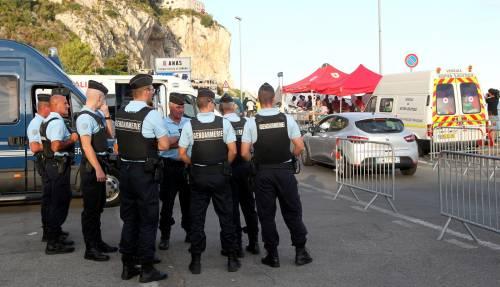 Macron sfida ancora l'Italia: ci rimanda indietro un tir pieno di migranti