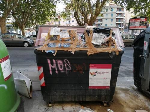 Emergenza rifiuti, i romani sigillano i cassonetti per protesta