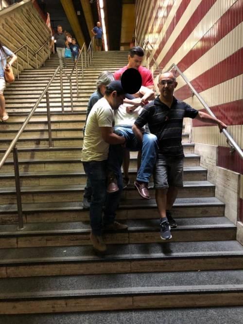 Roma, l'ascensore è rotto: disabile portato a spalla nella metro