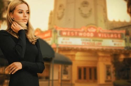Margot Robbie piange e si nasconde tra la folla dopo essersi rivista in sala come Sharon Tate