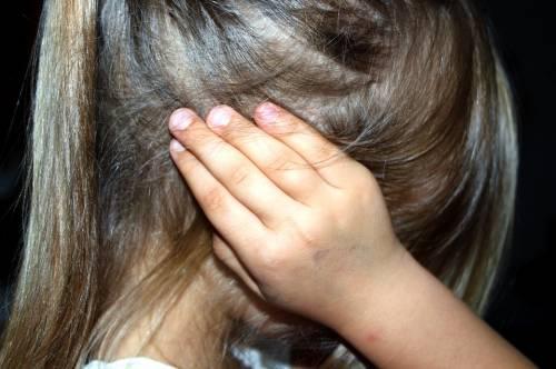 Marito obbligava la moglie a prostituirsi con in casa le bambine