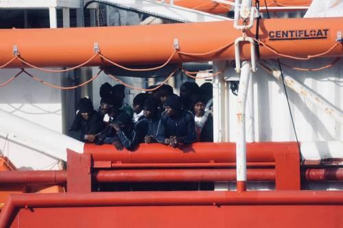 La Ocean Viking entra nel porto di Messina  4