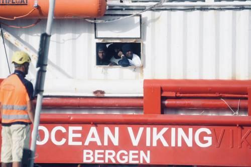 La Ocean Viking entra nel porto di Messina  9