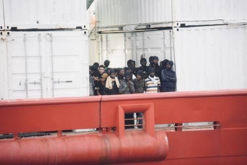 La Ocean Viking entra nel porto di Messina  11