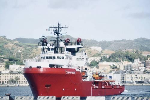 La Ocean Viking entra nel porto di Messina  12