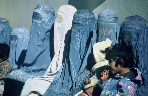 Pakistan, polemiche per l'obbligo del burqa per le studentesse