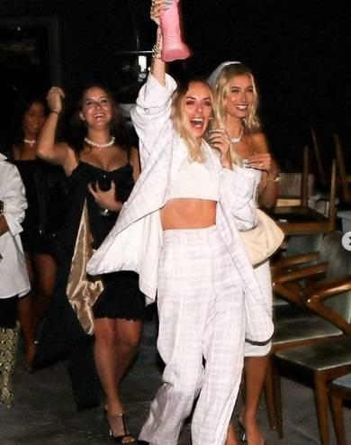 Hailey Baldwin festeggia l'addio al nubilato a Los Angeles 7