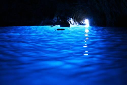 Capri, bagno nella Grotta Azzurra: multati quattro turisti lombardi