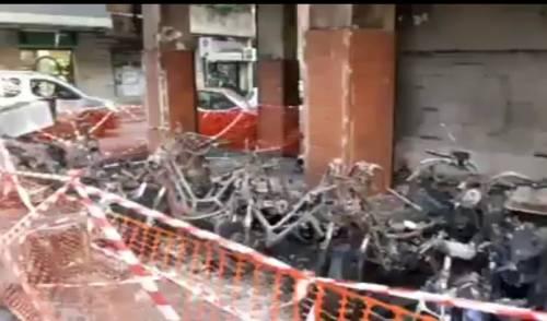 Scooter in fiamme al rione Alto di Napoli: giallo sull'incendio di via Palermo