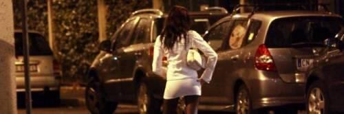 Rapporto interrotto: clandestino litiga con prostituta, arriva sconto