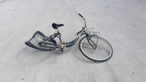 Brindisi, investe un ciclista: prima fugge poi torna sul posto
