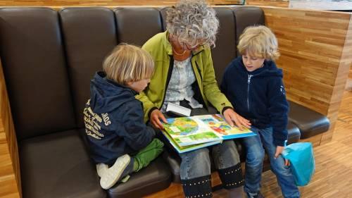 """L'allarme del virologo sui bimbi: """"Potrebbero contagiare i nonni"""""""