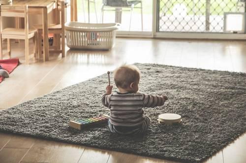 Bambino di nove mesi beve candeggina: tragedia sfiorata