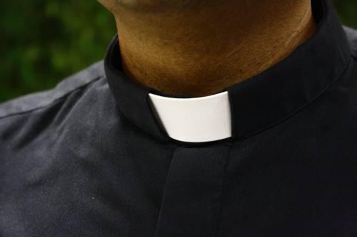 """Il boom dei """"preti esibizionisti"""": la nuova moda dentro la Chiesa"""