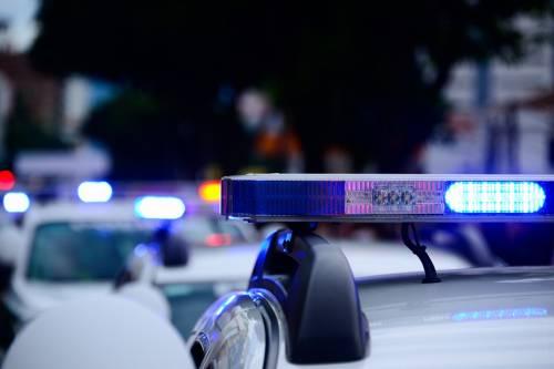 Notte di follia: uno straniero gira armato e assale i poliziotti