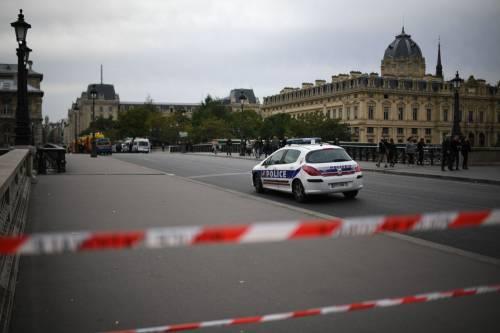 Parigi, strage alla sede della polizia: funzionario uccide 4 persone 4