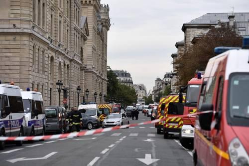 Parigi, strage alla sede della polizia: funzionario uccide 4 persone 6