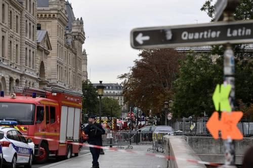 Parigi, strage alla sede della polizia: funzionario uccide 4 persone 1