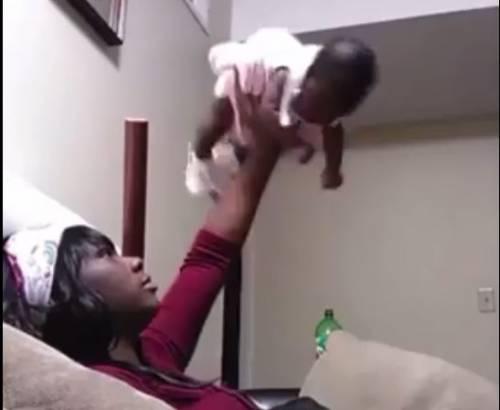 Fumo in faccia alla figlia appena nata: mamma arrestata per abusi
