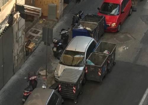 Il trucco dei cassonetti dei rifiuti spostati per parcheggiare le auto
