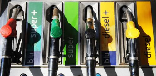 Attenzione al pieno: batosta sulla benzina. Cosa cambia alla pompa