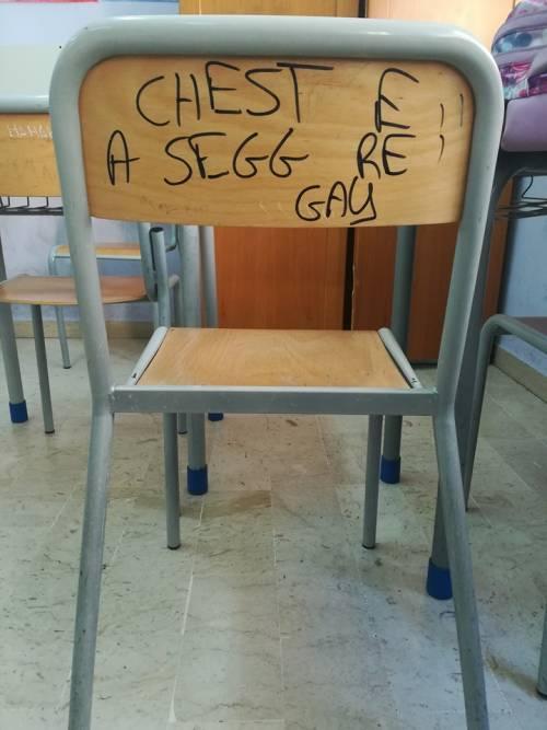 """Scrivono """"gay"""" sulla sedia del professore: la usa agli esami"""