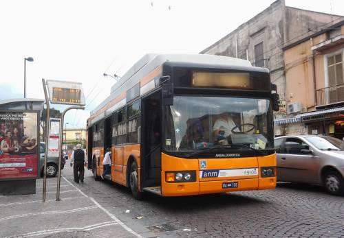 Non si ferma alla pensilina: preso a pugni conducente dell'autobus