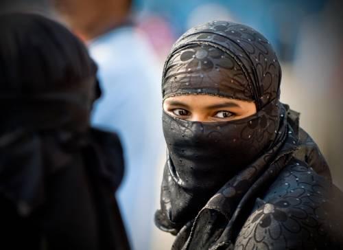 Polemiche in Pakistan: funzionario compra con soldi pubblici dei burqa alle studentesse